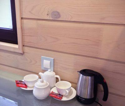 Чайник и посуда в номере