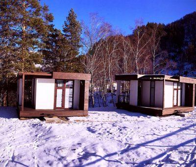 вид на три гостевых домика